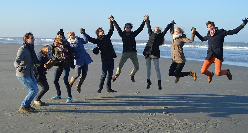 groupe jeunes gens bord de mer - plein de vitalité