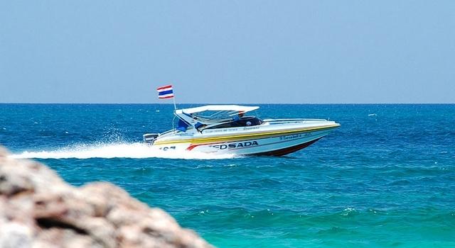 Un bateau avec un pavillon maritime - © Tom BKK - Licence CC